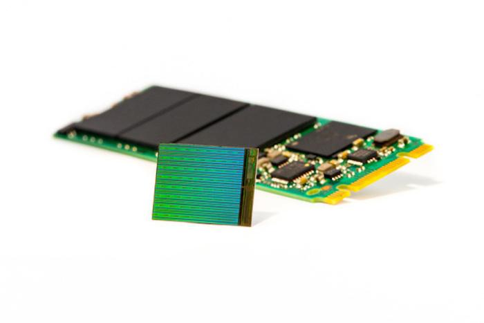 마이크론 3D NAND 칩과 검스틱 SSD 샘플