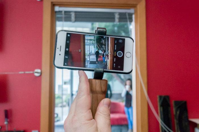 옵션 핸들은 한 손으로 가볍게 잡아서 사진을 찍을 때 편리하다.