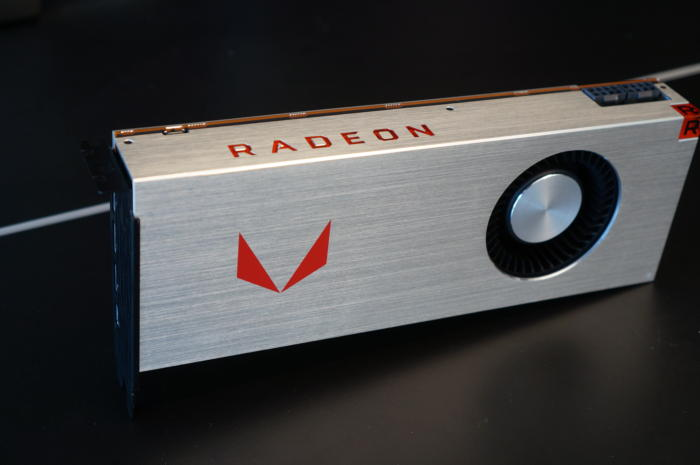 AMD의 새로운 라데온 베가 64는 초반에는 한정판 알루미늄 외피로 제공되나 수량이 소진되면 다시 평범한 검정색 플라스틱 외관으로 제공된다.
