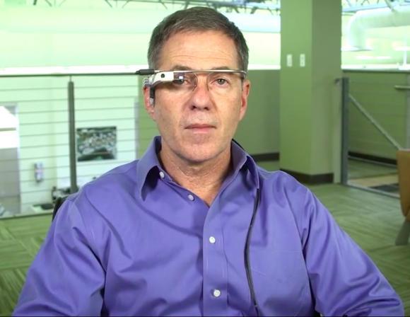 아이플루언스 CEO 짐 마그라프가 자사의 시선 추적 기술이 적용된 구글 글래스 변형 버전을 착용하고 있다.