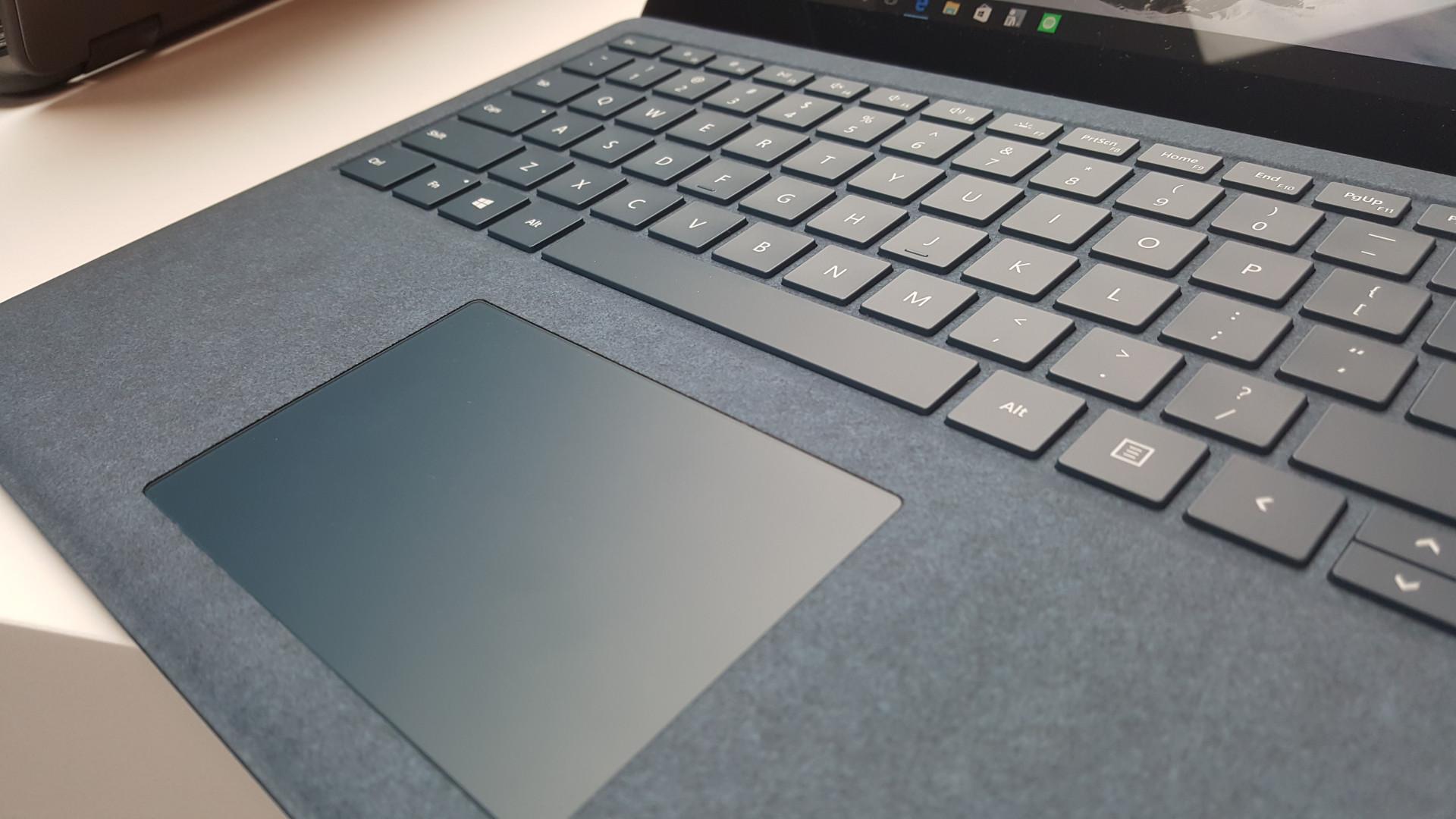 서피스 랩톱의 터치패드와 키보드는 서피스 프로 4와 매우 비슷하다.