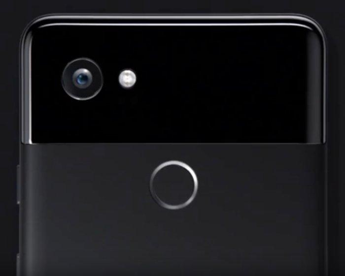 픽셀 2의 배터리는 아이폰 8보다 훨씬 용량이 크다.