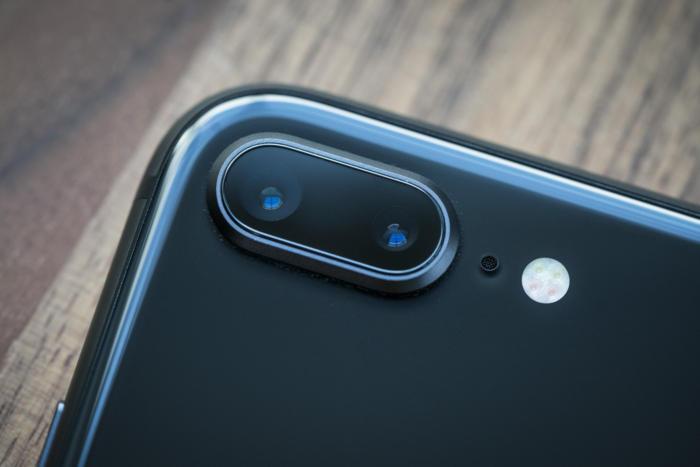 카메라 렌즈는 지금까지와 달라 이질감을 주지만, 사실 아이폰 8 플러스에서의 개선을 이루어낸 주인공이다.