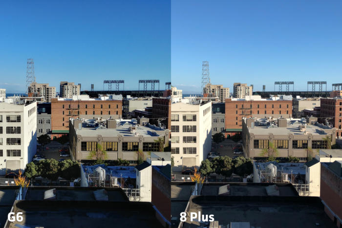 도시 전경을 찍은 사진은 둘 다 비슷하게 보인다.