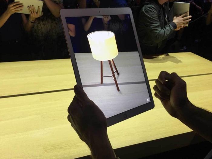애플은 증강현실에 그림자 효과를 활용해 몰입감을 높였다.