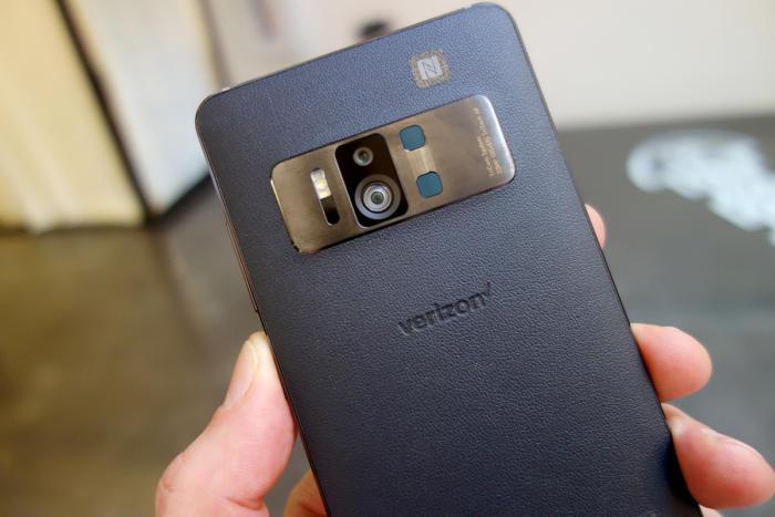 젠폰 AR의 뒷면에는 3개의 카메라가 있다.