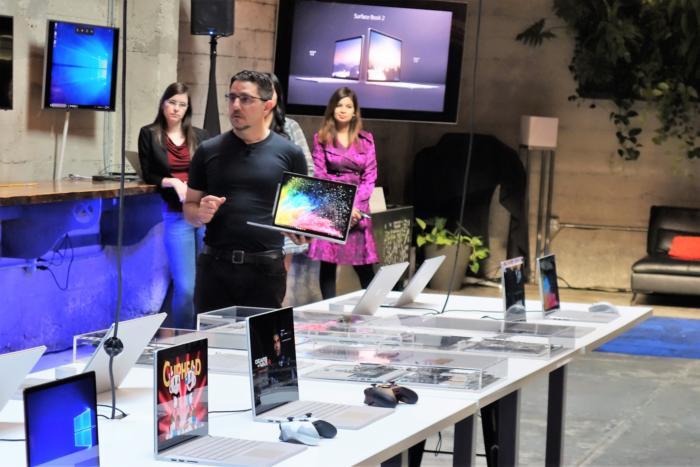 마이크로소프트의 파노스 파네이가 서피스 북 2를 공개했다. 그의 뒤 오른쪽에는 윈도우 참가자 프로그램 팀을 이끄는 도나 사카가 있다.