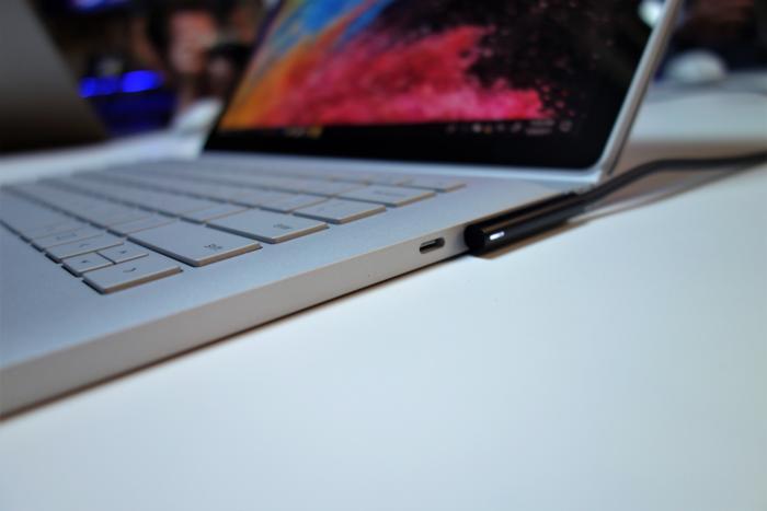 서피스 북 2의 서피스 포트 바로 옆에는 새로운 USB-C 포트가 있다.