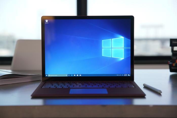 윈도우 10 S 기기임을 알 수 있는 요소 중 하나는 이 배경화면이다.