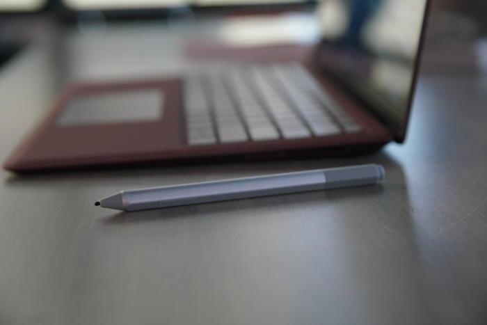 서피스 랩톱은 서피스 펜이 꼭 필요하진 않지만, 아무 설정없이 디지털 잉크를 작성하고 지울 수 있다.