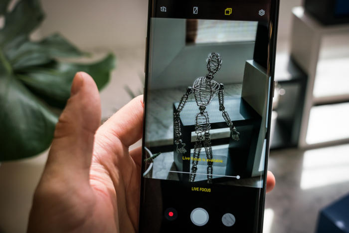삼성의 갤럭시 노트8의 라이브 포커스 기능은 사진을 촬영하기 전에 피사계 심도 효과를 조절할 수 있도록 한다.