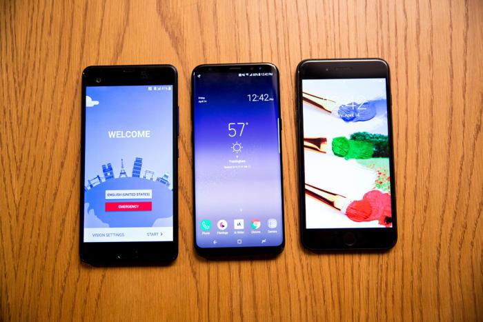 중앙의 갤럭시 S8은 6.2인치 크기인데, 5.7인치 HTC U 울트라(왼쪽)이나 5.5인치 아이폰 7 플러스(오른쪽)과 크기가 거의 유사하다.