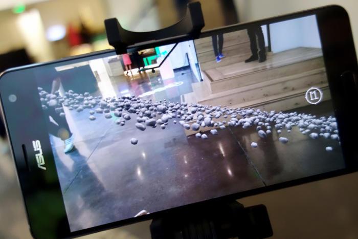 구글 익스피디션과 젠폰 AR을 이용해 거실 바닥에 소행성대를 뿌려놓을 수 있다.