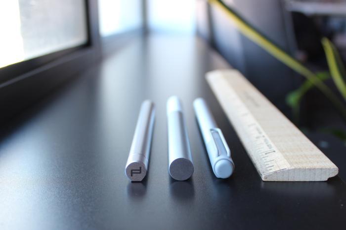 구글의 픽셀북 펜(중간)은 평평한 부분이 없어서 계속 구르는 경향이 있다. (왼쪽 : 포르쉐 디자인 북 원의 스타일러스, 오른쪽 : 마이크로소프트의 서피스 펜)