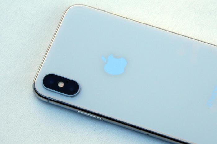 아이폰 X의 후면에는 무선 충전을 지원하도록 유리 디자인이 채택됐다.