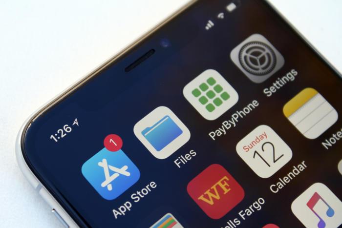아이폰 X에 포함되어 있는 검은색 배경화면을 설정하면, 노치를 전혀 눈치채지 못할 정도다.
