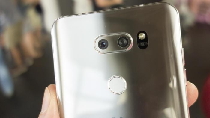 V30의 카메라 어레이는 더 작고 덜 튀어나왔다.