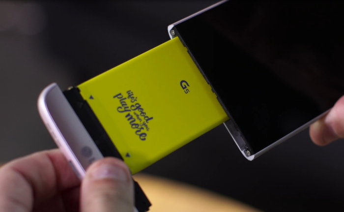 LG G5 착탈식 배터리. LG G5는 좀더 큰 배터리와 더 나은 카메라를 추가할 수 있는 독특한 모듈형 시스템이 특징이었다. Credit : MATT STRAUS