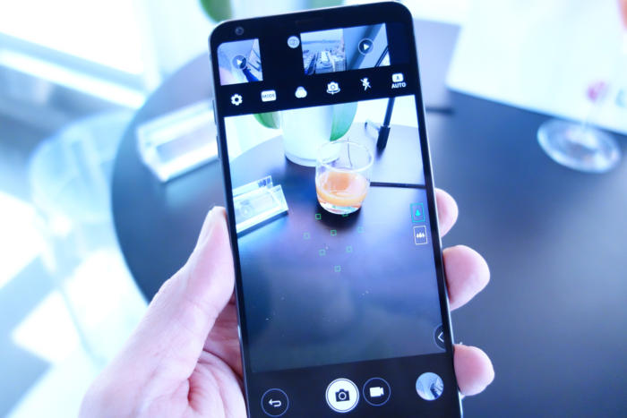 카메라 앱 역시 화면비의 이점을 활용하는 독특한 기능을 담고 있다.