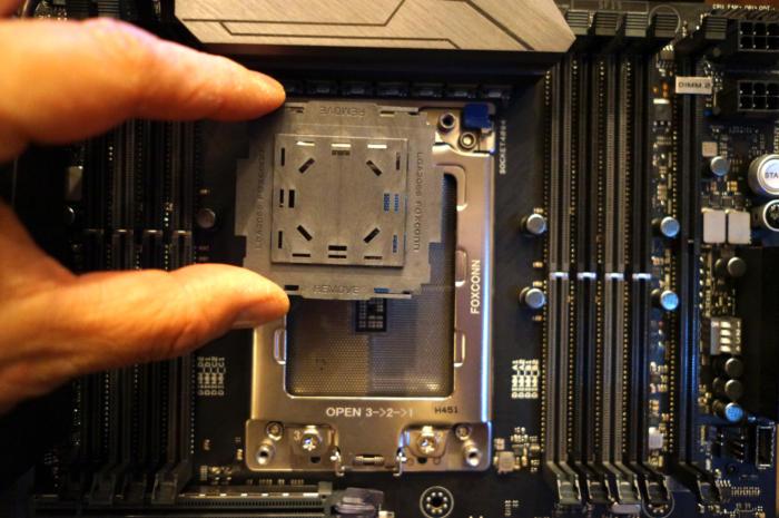 플래스틱 판은 인텔의 신형 코어 i9 칩과 비슷한 크기이다.