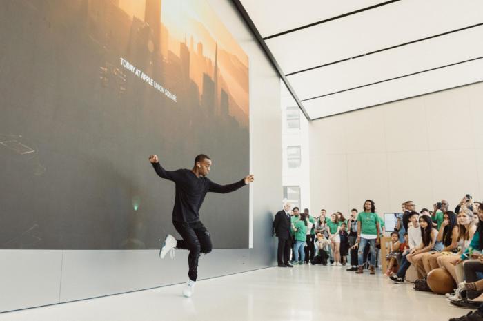 일부 강좌는 재능있는 애플 사용자의 공연으로 채워진다. 애플의 에어팟 광고에 등장했던 아티스트 릴 벅이 샌프란시스코의 애플 유니온 스퀘어에서 열린 포럼에서 공연을 하고 있다.