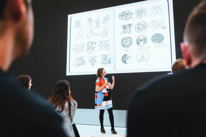 업계 전문가의 강좌도 있다. 작가이자 그래픽 디자이너인 제시카 히시가 최근 라이브 아트(Live Art) 세션에서 강의를 하고 있다.