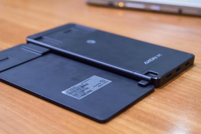 액손 M의 뒷면은 보통의 태블릿 디바이스와 같다.