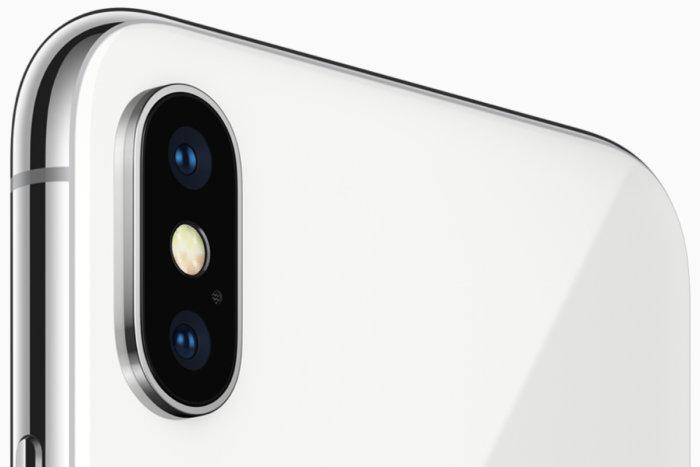 아이폰 X에서는 두 대의 카메라가 수직으로 쌓여 있고, 아이폰 8 플러스에서는 나란히 배열돼 있다.