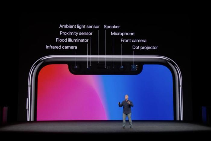 애플의 필 쉴러가 아이폰 X의 트루뎁스 카메라에서 센서 및 이미터를 설명하고 있다.