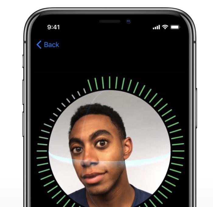 아이폰 X는 터치 ID 설정과 같은 방식으로 얼굴의 모든 각도를 스캔하여 페이스 ID를 설정한다.