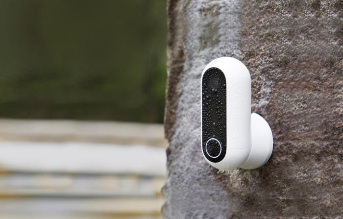 카나리 플레스(Canary Flex) 가정용 보안 카메라는 PIR 모션 센서를 사용하기 때문에 배터리로 전력을 공급할 수 있다.