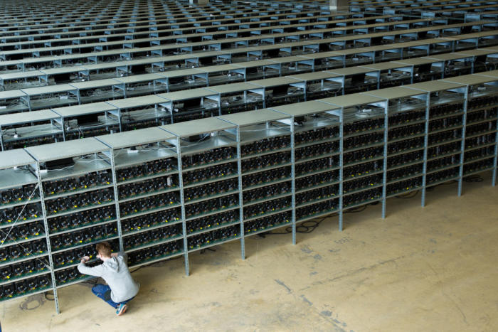 엔지니어가 KnC마이너의 데이터센터에서 비트코인 채굴 장비를 유지보수하고 있다.