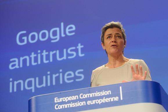 2015년 4월 유럽연합 시장 경쟁 감독관  마르그레테 베스타게르가 구글에 대한 공식 반독점 조사를 발표하고 있다.