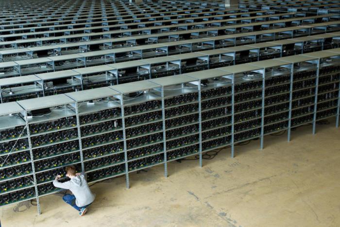 보덴의 비트코인 채굴용 데이터센터를 관리하고 있는 모습