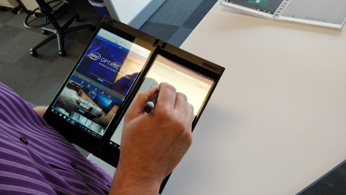타이거 래피드처럼 인텔의 두 번째 듀얼 스크린 디바이스는 손에 들 수 있으면서도 전통적인 터치스크린 디스플레이보다 더 많은 영역을 사용할 수 있다.