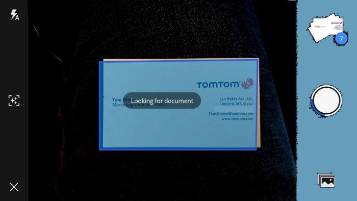 어도비 스캔은 휴대폰으로 촬영한 명함이나 문서의 초점을 맞추고 적절히 자른 후, 클라우드에 업로드한다.