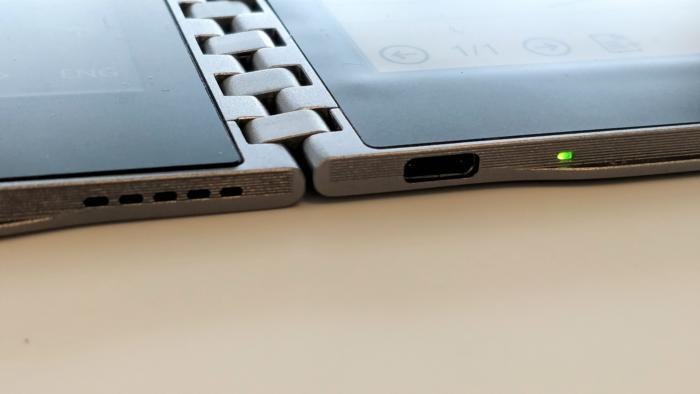 타이거 래피드의 힌지와 USB-C 포트 확대 모습.