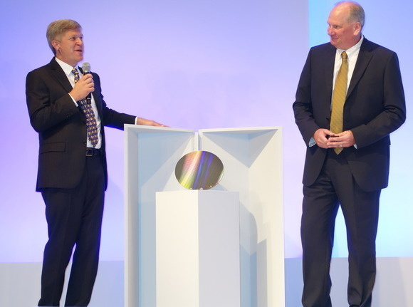 2015년 인텔과 마이크론은 공동으로 3D 크로스포인트 기술을 발표했다.