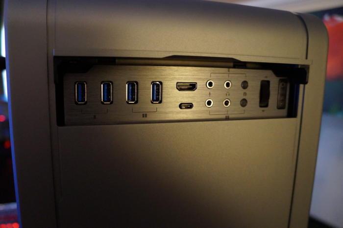 사진처럼 고급 케이스는 훨씬 더 많은 전면 패널 연결 기능을 제공한다.