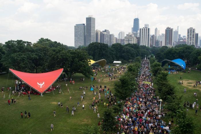 시카고의 링컨 파크에 줄지어 서 있는 페스티벌 참가자들