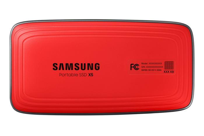 X5 뒷면은 딱딱한 재질의 빨간색이다. 미끄러움 방지 재질은 아니고, 다른 외장 드라이브보다 조금 더 크고 내구성이 좋다.