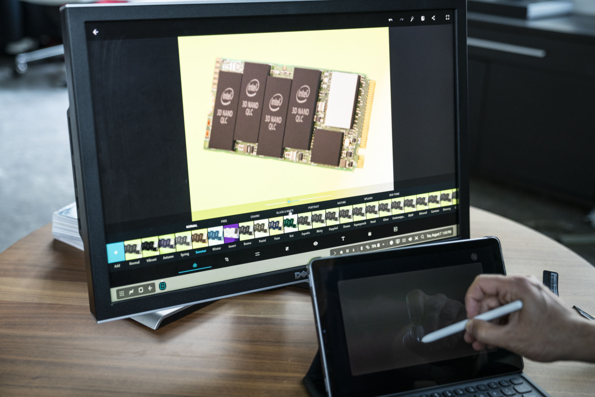HDMI-USB 어댑터를 이용하면 대형 디스플레이에 연결할 수 있고, 태블릿 본체는 포인팅 장치로 사용할 수 있다.