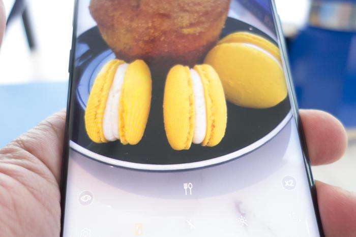 작은 포크와 나이프 아이콘으로 노트9의 카메라가 피사체를 음식으로 인식하고 있음을 알 수 있다.