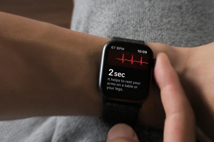 애플 워치 시리즈 4의 디지털 용두는 심전도 센서이기도 하다.