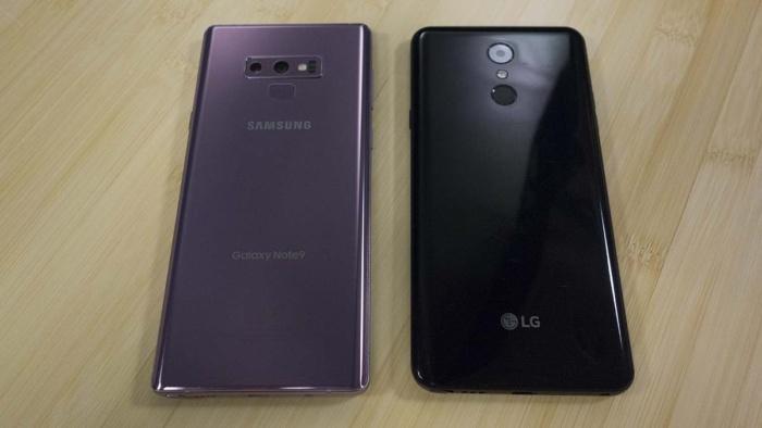 갤럭시 노트9(왼쪽)와 LG 스타일로 4 모두 지문 센서의 위치가 나쁘다.
