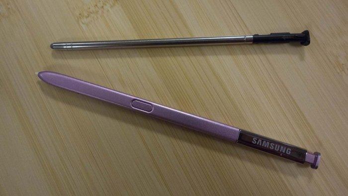 스타일로 4의 스타일러스(위)가 갤럭시 노트9의 스타일러스보다 훨씬 간소하다.