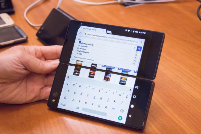 ZTE는 이미 폴더 폰을 시도했다 실패했다. 하지만 삼성은 실제로 화면이 접히는 것을 개발 중이라고 알려져 있다.