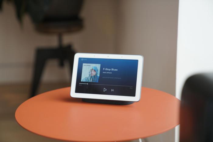 음악을 들을 때 구글 홈 허브는 앨범 아트나 기타 정보를 표시한다.