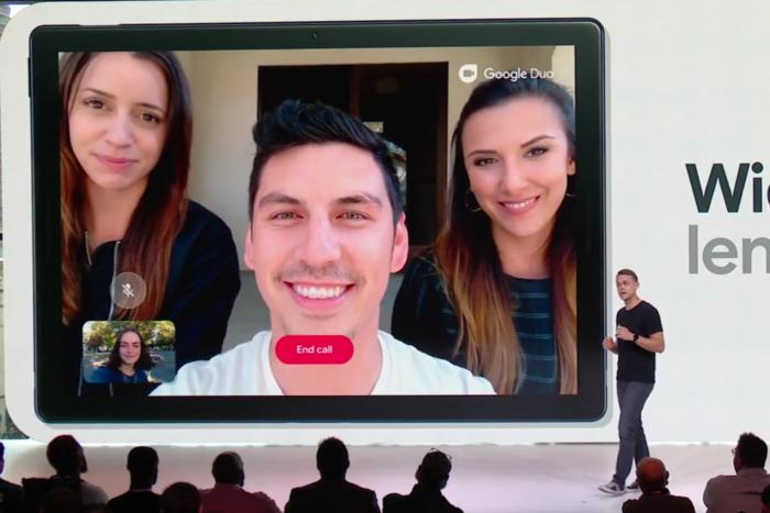 구글 픽셀 슬레이트의 800만 화소 전면 카메라는 광각 렌즈를 채용해서 그룹 화상 통화에 활용할 수 있다.