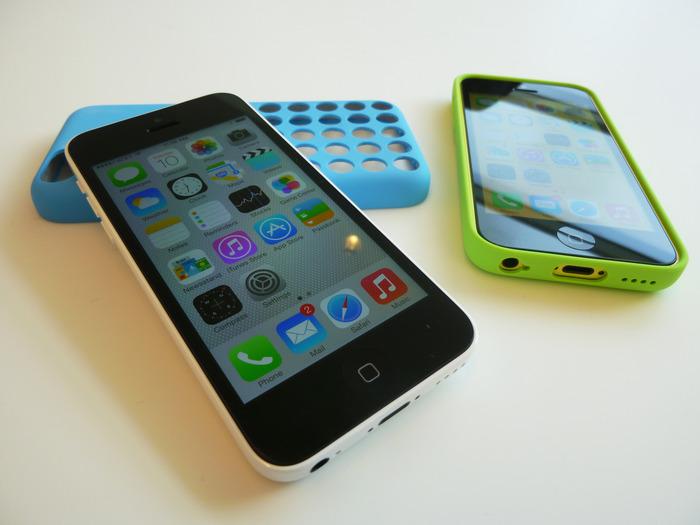 아이폰 XR와 아이폰 5c의 유일한 유사점은 둘 다 여러 색상으로 제공된다는 점 뿐이다.